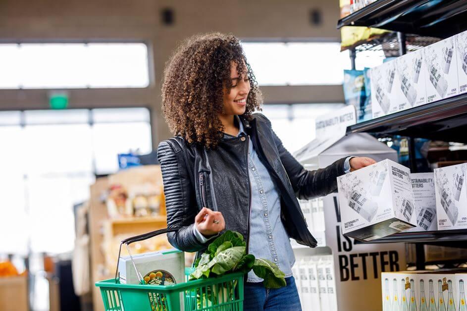 Devojka kupuje namirnice za kuću