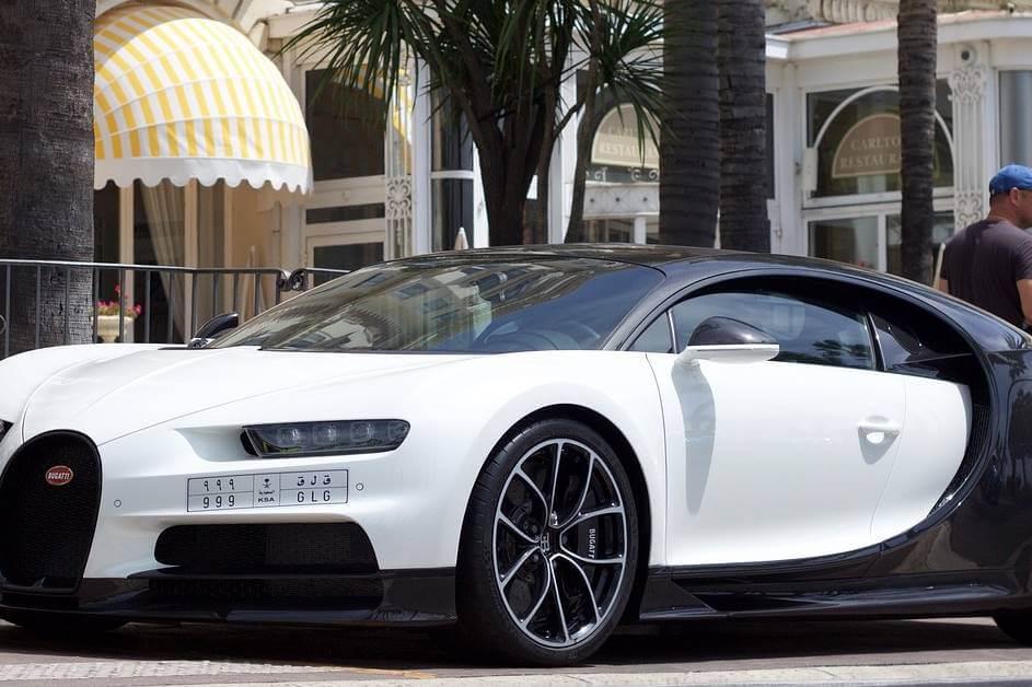 Bugati automobil na ulici