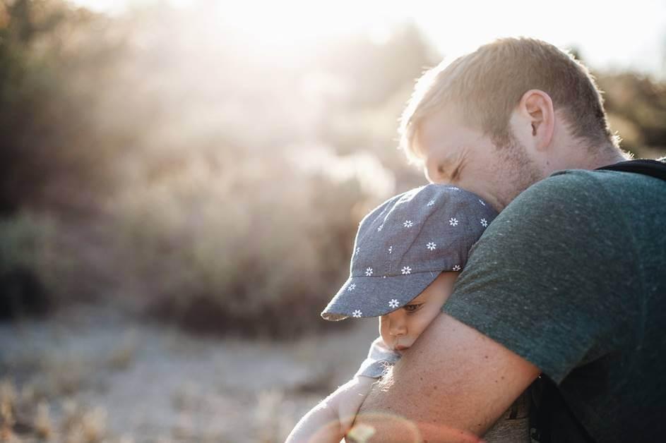Mlad tata drži bebu