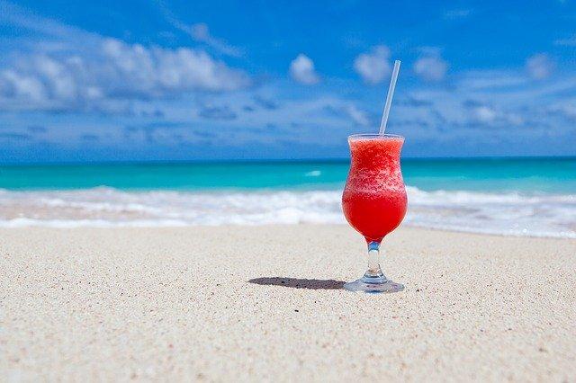 crveni koktel na plaži sa pogledom na more