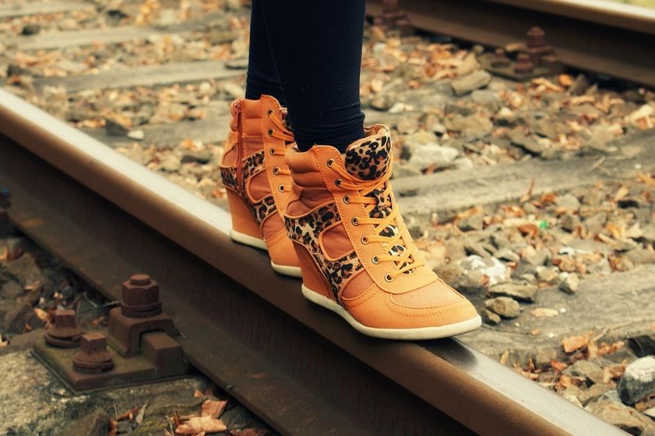 zenske casual cipele braon boje, na šinama za voz