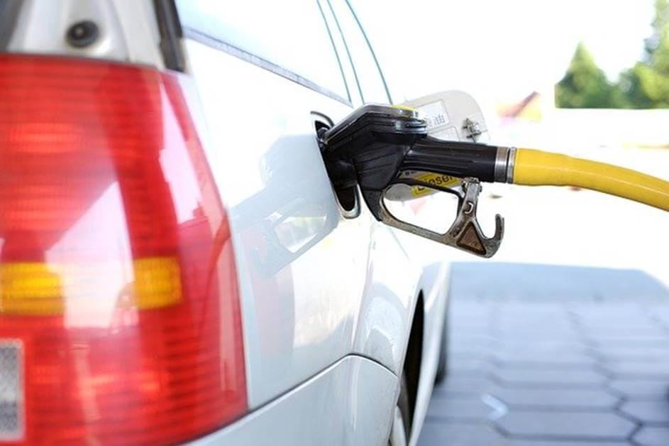 Pupma za točenje goriva koja se nalazi u automobilu