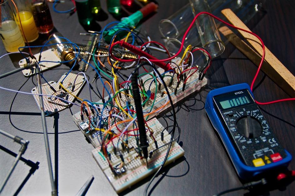 Malo kablovi za struju raznih boja