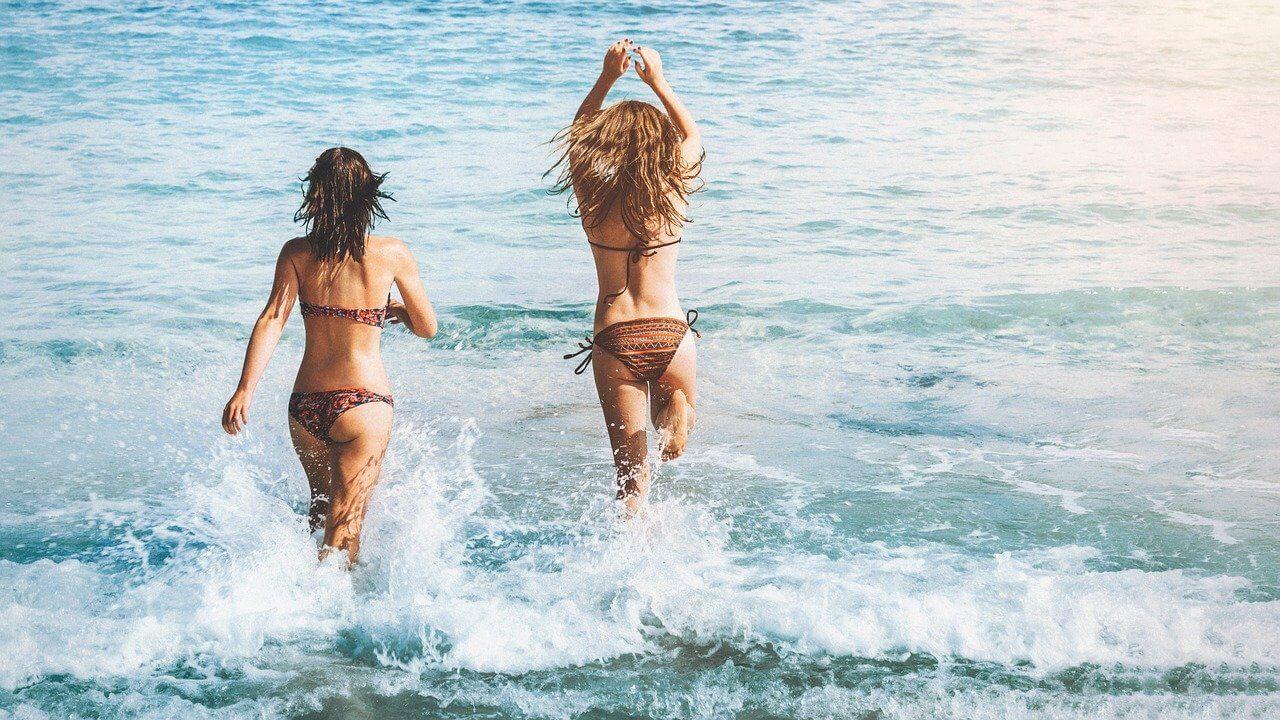 Devojke u kupaćem skaču u more