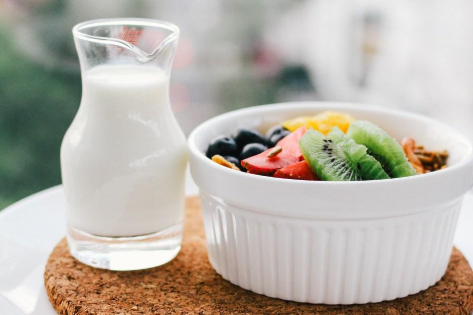 Mleko u bokalu i voćna salata u činiji
