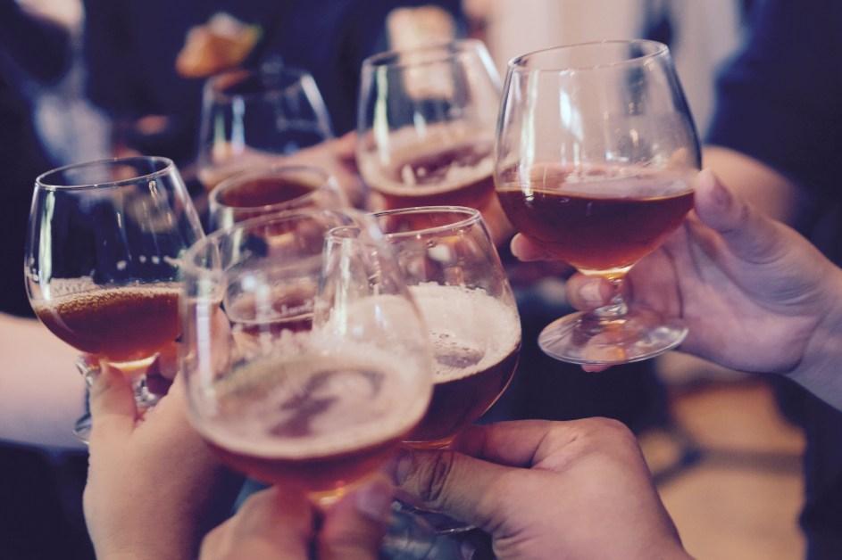 Ljudi koji nazdravljaju pivom