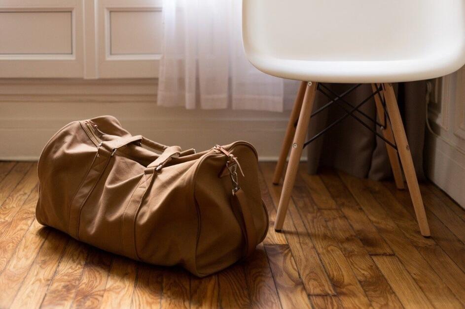 Putna torba na podu u sobi