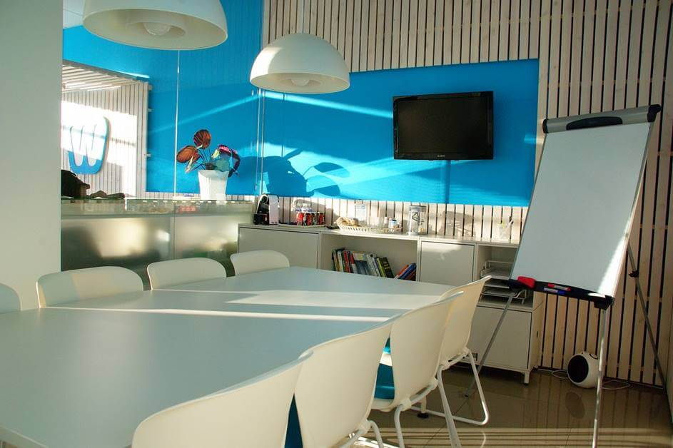 Coworking prostor sa plavim motivima