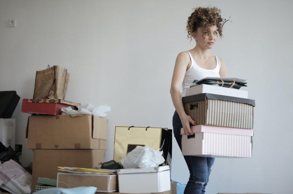 Devojka koja se pakuje za preseljenje