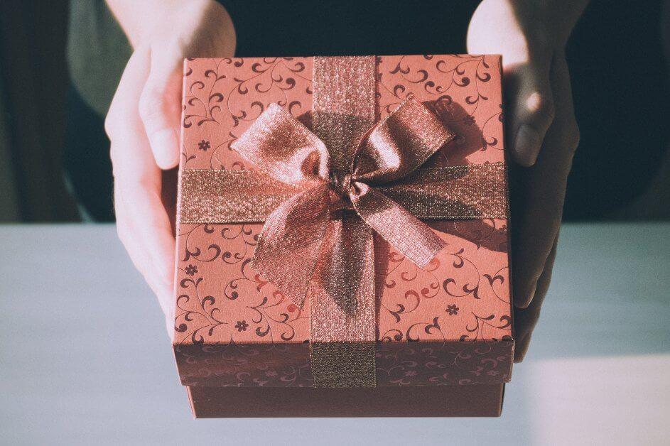 Dekorisana kutija (poklon) u rukama